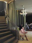 Vrouw zitten op de Bank in de lobby van het hotel — Stockfoto