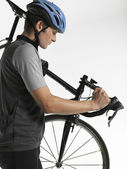 Male bicyclist carrying bicycle — Stockfoto