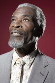 Hombre africano mirando hacia arriba — Foto de Stock