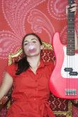 Dospívající dívka drží kytara — Stock fotografie