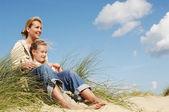 Matka a dcera na pláži — Stock fotografie