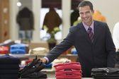 улыбающийся бизнесмен шоппинг — Стоковое фото