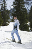 Skier standing on ski slope — Stock fotografie