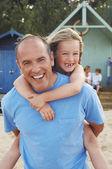 Otec dává dcera přilepí — Stock fotografie