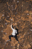 Rock climber climbing cliff — Stock Photo