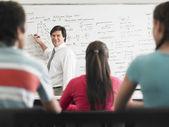 Lehrer am whiteboard schreiben — Stockfoto