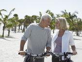 Casal em bicicletas — Foto Stock