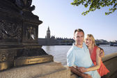 Vacationing couple by Thames River — Stockfoto