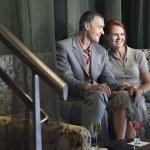 paar met wijn in de lobby van het hotel — Stockfoto #33840641