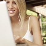 kvinna med laptop — Stockfoto