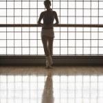 ballerine en se tenait par la fenêtre — Photo #33843549