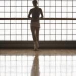 baletka v stál u okna — Stock fotografie #33843549