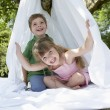 Boy and girl in backyard — Stockfoto