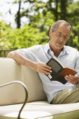 Livro de leitura do homem — Fotografia Stock