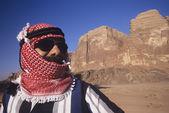 Man in turban standing in desert — Stock Photo