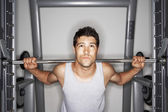 Man liftingt Weights — Stock Photo