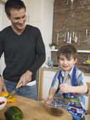 Padre e figlio in cucina — Foto Stock