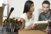 Multi-etnisch paar kijken naar doeken — Stockfoto