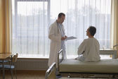 Doctor talking to Patient — Stockfoto