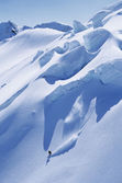 Solitary snowboarder on steep slope — Foto Stock