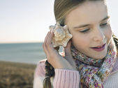 Girl Listening to a Seashell — Stock Photo