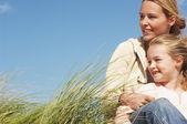 Happy matka a dcera v trávě — Stock fotografie
