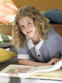 Schoolgirl reading — Stock Photo