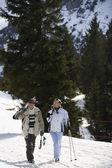 Skiing couple walking — Stockfoto