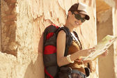 Female hiker reading map — Stockfoto