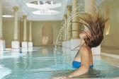 Woman throwing wet hair back — Stockfoto