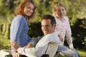 Meisje met ouders — Stockfoto
