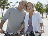Casal em bicicletas praia tropical — Foto Stock