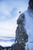 Skier jumping from cliff in mountains — Stock Photo