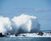 Wave Crashing Against Rocks — Stock Photo