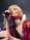 Vrouw zingen in concert — Stockfoto
