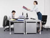 Empresaria pasar trabajo a colega — Foto de Stock