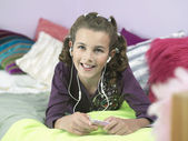 Girl Listening to MP3 Player — Stock Photo