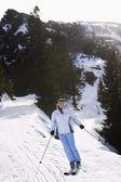 Woman skiing down — Stockfoto