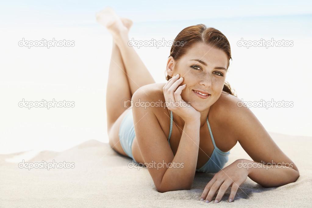 фото женщина лежащая на пляже-ыы2