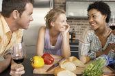 Přátel mluví při přípravě večeře — Stock fotografie