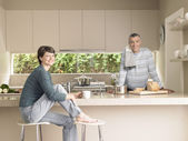 Smiling couple in kitchen — Stok fotoğraf