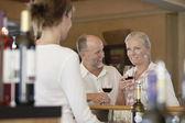 Pareja disfrutando de vino — Foto de Stock