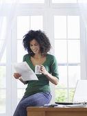 žena čtení dokumentu — Stock fotografie