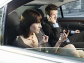 Couple at back seat of car — Stockfoto