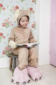 Girl reading — Stock Photo