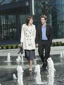 Couple walking between jets — Fotografia Stock