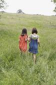 Две девушки, держаться за руки — Стоковое фото