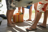 People with surfboards on porch — Stock Photo