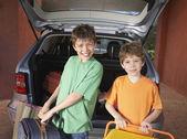 Boys carrying suitcases — Zdjęcie stockowe