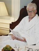 Businessman Reading — Zdjęcie stockowe